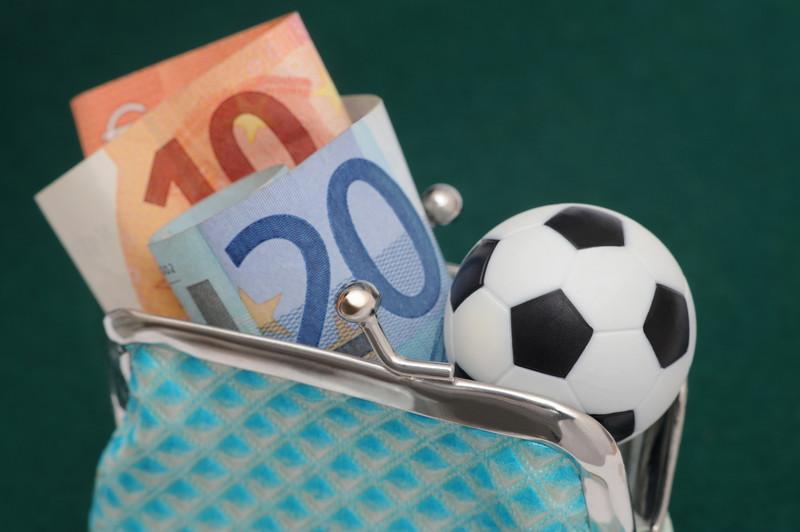 財布にお金とサッカーボール